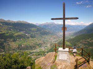 """La valle ai piedi della collinetta ch chiamavamo """"pancia della mucca"""", con Aosta sullo sfondo"""